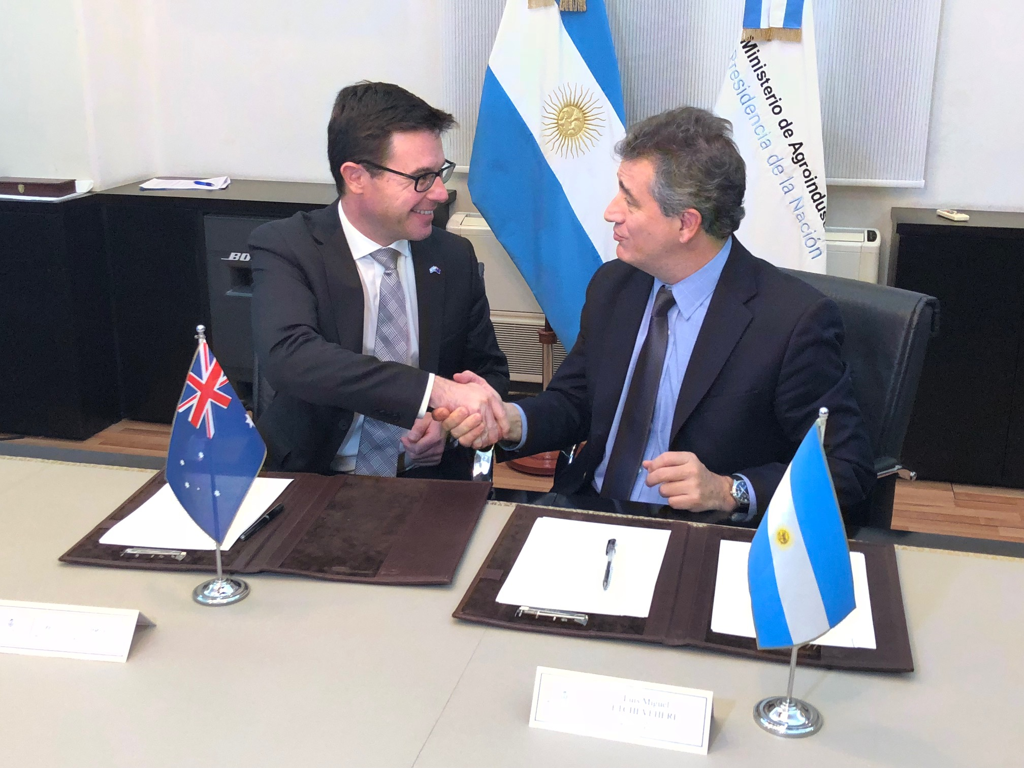 Minister David Littleproud and his counterpart Argentina's Minister for Agroindustry, Dr Luis Miguel Etchevehere signing the High Level Agricultural Dialogue communique